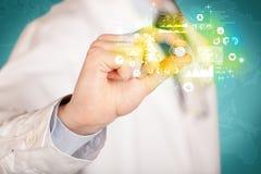 Γιατρός που κρατά ένα χάπι μεταξύ των δάχτυλων Στοκ εικόνα με δικαίωμα ελεύθερης χρήσης