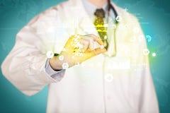 Γιατρός που κρατά ένα χάπι μεταξύ των δάχτυλων Στοκ Φωτογραφία