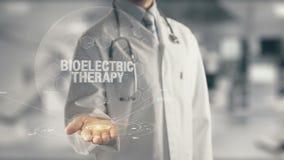 Γιατρός που κρατά τη διαθέσιμη θεραπεία Bioelectric χεριών φιλμ μικρού μήκους