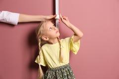 Γιατρός που μετρά το ύψος μικρών κοριτσιών ` s Στοκ Εικόνες