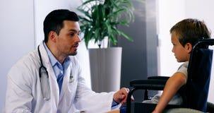 Γιατρός που μιλά για να θέσει εκτός λειτουργίας το αγόρι φιλμ μικρού μήκους