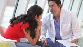 Γιατρός που μιλά με τον καταθλιπτικό θηλυκό ασθενή απόθεμα βίντεο