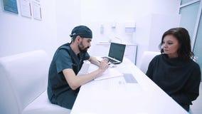 Γιατρός που μιλά στον ασθενή επιχειρηματιών απόθεμα βίντεο