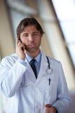 Γιατρός που μιλά στο κινητό τηλέφωνο Στοκ εικόνα με δικαίωμα ελεύθερης χρήσης