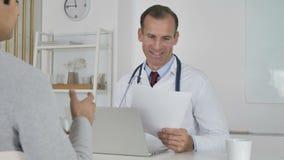 Γιατρός που μοιράζεται την ιατρική έκθεση με τον ασθενή, θετικά αποτελέσματα απόθεμα βίντεο