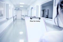 Γιατρός που παίρνει έτοιμος για την εργασία Στοκ εικόνες με δικαίωμα ελεύθερης χρήσης