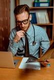 Γιατρός που παρατηρεί την ακτίνα X στοκ εικόνα με δικαίωμα ελεύθερης χρήσης