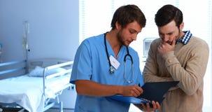 Γιατρός που παρουσιάζει ιατρική έκθεση στο άτομο απόθεμα βίντεο