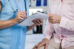Γιατρός που παρουσιάζει συνταγή στον ασθενή Στοκ φωτογραφίες με δικαίωμα ελεύθερης χρήσης