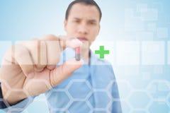 Γιατρός που παρουσιάζει χάπι με το φουτουριστικό υπόβαθρο Στοκ Φωτογραφία