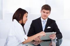 Γιατρός που παρουσιάζει ψηφιακή ταμπλέτα στον επιχειρηματία Στοκ φωτογραφίες με δικαίωμα ελεύθερης χρήσης