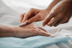 Γιατρός που προετοιμάζει το υπομονετικό χέρι για την ενδοφλέβια σταλαγματιά στοκ εικόνες με δικαίωμα ελεύθερης χρήσης