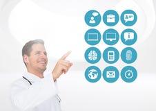 Γιατρός που προσποιείται να αγγίξει τα ψηφιακά παραγμένα ιατρικά εικονίδια Στοκ Φωτογραφίες
