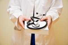 Γιατρός που προσφέρει ένα βιβλίο με το στηθοσκόπιο Στοκ φωτογραφία με δικαίωμα ελεύθερης χρήσης