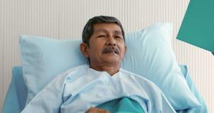 Γιατρός που ρωτά τον αρσενικό ασθενή για την ασθένειά του απόθεμα βίντεο