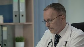 Γιατρός που συζητά με τους συναδέλφους τον αντίκτυπο των νέων φαρμάκων στο ιατρικό φόρουμ απόθεμα βίντεο