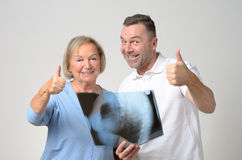 Γιατρός που συζητά μια ακτίνα X με έναν ασθενή Στοκ Φωτογραφίες
