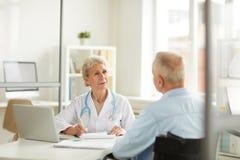 Γιατρός που συμβουλεύεται τον ανώτερο ασθενή στοκ εικόνα με δικαίωμα ελεύθερης χρήσης