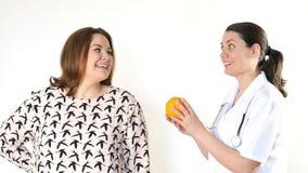 Γιατρός που συμβουλεύει μια παχιά γυναίκα για να φάει υγιή φιλμ μικρού μήκους