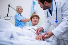 Γιατρός που συνδέει IV σταλαγματιά σε ετοιμότητα υπομονετικό του s Στοκ Εικόνες