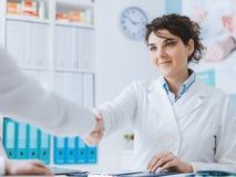 Γιατρός που χαιρετά έναν ασθενή στοκ φωτογραφία