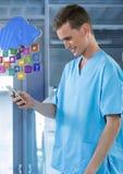 Γιατρός που χαμογελά στο κινητό τηλέφωνο με τα apps στο σύγχρονο δωμάτιο Στοκ φωτογραφία με δικαίωμα ελεύθερης χρήσης