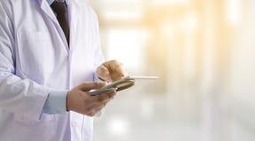 Γιατρός που χρησιμοποιεί τον ψηφιακό ασθενή τεχνολογίας ταμπλετών ιατρικό ιατρικό Στοκ εικόνα με δικαίωμα ελεύθερης χρήσης
