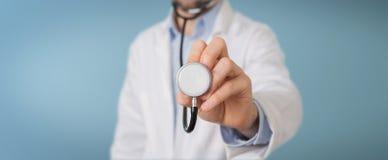 Γιατρός που χρησιμοποιεί το στηθοσκόπιο στο νοσοκομείο απεικόνιση αποθεμάτων