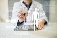 Γιατρός που χρησιμοποιεί το σύγχρονο υπολογιστή με το διάγραμμα ιατρικών αναφορών στην εικονική έννοια οθόνης Εφαρμογή ελέγχου υγ στοκ εικόνες με δικαίωμα ελεύθερης χρήσης