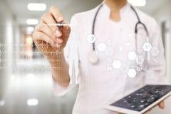 Γιατρός που χρησιμοποιεί το σύγχρονο υπολογιστή με το διάγραμμα ιατρικών αναφορών στην εικονική έννοια οθόνης Εφαρμογή ελέγχου υγ στοκ φωτογραφίες με δικαίωμα ελεύθερης χρήσης