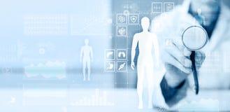 Γιατρός που χρησιμοποιεί το σύγχρονο υπολογιστή με το διάγραμμα ιατρικών αναφορών στην εικονική έννοια οθόνης Εφαρμογή ελέγχου υγ στοκ εικόνες