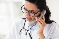 Γιατρός στα γυαλιά που καλεί το τηλέφωνο στο νοσοκομείο Στοκ Εικόνες