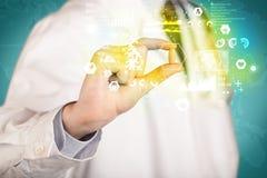 Γιατρός στο άσπρο παλτό με ένα στηθοσκόπιο σε έναν ώμο που κρατά ένα χάπι με την πράσινη πυράκτωση Στοκ φωτογραφία με δικαίωμα ελεύθερης χρήσης