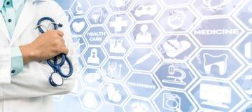 Γιατρός στο ιατρικό υπόβαθρο εικονιδίων Στοκ Φωτογραφίες