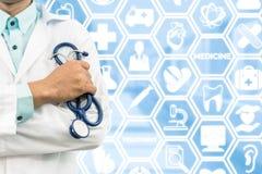 Γιατρός στο ιατρικό υπόβαθρο εικονιδίων Στοκ εικόνα με δικαίωμα ελεύθερης χρήσης