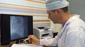Γιατρός στο νοσοκομείο στο όργανο ελέγχου φιλμ μικρού μήκους