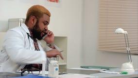 Γιατρός στο τηλέφωνο που συμπληρώνει την υπομονετική μορφή ιατρικού ιστορικού απόθεμα βίντεο