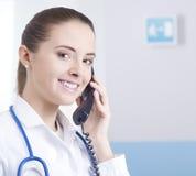 Γιατρός στο τηλέφωνο στοκ φωτογραφία με δικαίωμα ελεύθερης χρήσης