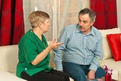 γιατρός συνομιλίας που έχει το άτομο ώριμο στοκ φωτογραφίες με δικαίωμα ελεύθερης χρήσης