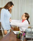 Γιατρός σχετικά με την κοιλιά του ασθενή κοριτσιών στοκ εικόνα