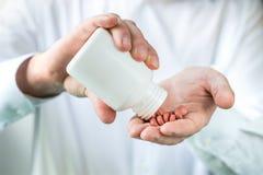 Γιατρός, φαρμακοποιός ή φαρμακευτικός αντιπρόσωπος στοκ φωτογραφία με δικαίωμα ελεύθερης χρήσης