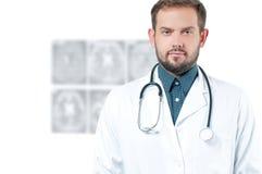 γιατρός φωτογραφικών μηχανών ανασκόπησης που απομονώνεται να φανεί αρσενικό λευκό στηθοσκοπίων του s Υγειονομική περίθαλψη Στοκ εικόνα με δικαίωμα ελεύθερης χρήσης