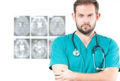 γιατρός φωτογραφικών μηχανών ανασκόπησης που απομονώνεται να φανεί αρσενικό λευκό στηθοσκοπίων του s Υγειονομική περίθαλψη Στοκ εικόνες με δικαίωμα ελεύθερης χρήσης