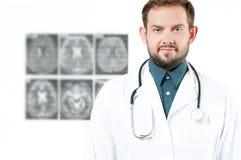 γιατρός φωτογραφικών μηχανών ανασκόπησης που απομονώνεται να φανεί αρσενικό λευκό στηθοσκοπίων του s Υγειονομική περίθαλψη Στοκ φωτογραφίες με δικαίωμα ελεύθερης χρήσης