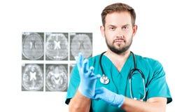 γιατρός φωτογραφικών μηχανών ανασκόπησης που απομονώνεται να φανεί αρσενικό λευκό στηθοσκοπίων του s Υγειονομική περίθαλψη Στοκ Εικόνες