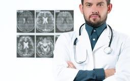 γιατρός φωτογραφικών μηχανών ανασκόπησης που απομονώνεται να φανεί αρσενικό λευκό στηθοσκοπίων του s Υγειονομική περίθαλψη Στοκ Εικόνα