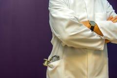γιατρός φωτογραφικών μηχανών ανασκόπησης που απομονώνεται να φανεί αρσενικό λευκό στηθοσκοπίων του s Στοκ φωτογραφία με δικαίωμα ελεύθερης χρήσης