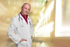 γιατρός φωτογραφικών μηχανών ανασκόπησης που απομονώνεται να φανεί αρσενικό λευκό στηθοσκοπίων του s Στοκ Φωτογραφίες