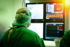 Γιατρός χειρούργων με το στεφανιαίο όργανο ελέγχου Στοκ Φωτογραφίες