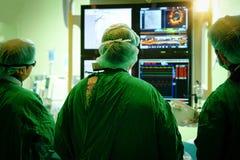 Γιατρός χειρούργων με το στεφανιαίο όργανο ελέγχου Στοκ Εικόνα
